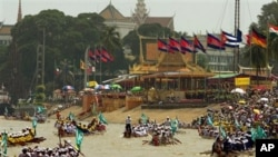 Cambodian racers row their wooden boats past hundreds of spectators at the Tonle Sap River in front of the Royal Palace. (File photo)
