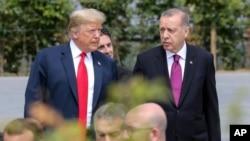 美国总统川普与土耳其总统埃尔多安在北约峰会上(2018年7月11号 资料照)