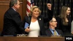 La congresista de la Florida, Ileana Ros-Lehtinen celebra una victoria preliminar del proyecto de ley que establece sanciones para funcionarios venezolanos. [Foto: Flavio Villacorta, VOA].