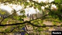 Pria Ethiopia yang melarikan diri dari perang di wilayah Tigray,berjalan di kamp Um-Rakoba, di perbatasan Sudan-Ethiopia di negara bagian Al-Qadarif, Sudan 19 November 2020. (Foto: REUTERS/Mohamed Nureldin Abdallah)