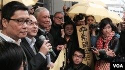 和平佔中三位發起人接受預約拘捕後,拒保獲釋,有支持者在場撐黃傘聲援 (美國之音記者湯惠芸拍攝)