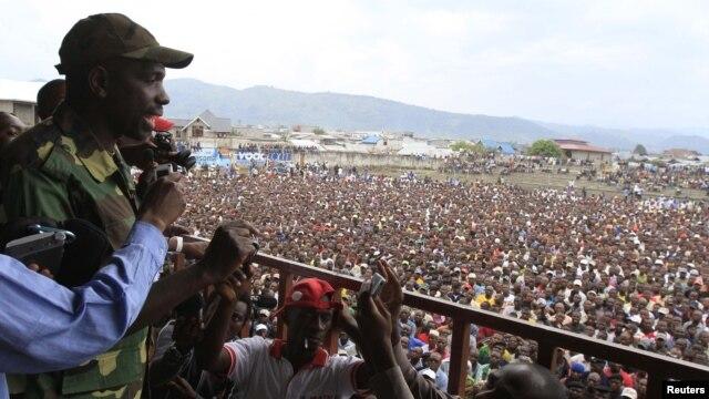 Jurubicara pemberontak M23, Vianney Kazarama berbicara kepada massa di sebuah stadion di kota Goma setelah pemberontak berhasil menguasai sebagian besar kota ini, Rabu (21/11).