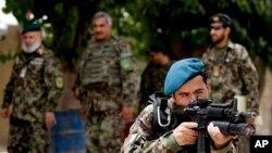 د تیرو دریو اونیو راهیسې د ارزګان ولایت مرکز ترینکوټ شاوخواته افغان ځواکونه د وسله والو طالبانو سره په جګړه بوخت دي.
