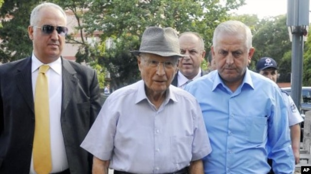 Kenan Evren, the leader of Sept. 12, 1980 military coup, arrives to cast his vote in a referendum in Ankara, Turkey. (File Photo - September 12, 2010)