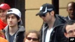 Тамерлан и Джохар Царнаевы за несколько минут до теракта. Бостон, 15 апреля 2013г.