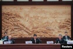 """中国国家主席习近平,俄罗斯总统普京和阿根廷总统马克里在北京雁栖湖国际会议中心举行的""""一带一路""""国际合作高峰论坛的圆桌峰会上(2017年5月15日)"""