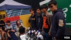 「雙學」代表舉行記者會表示,清場前夕會在金鐘佔領區通宵留守,願意被捕,完成公民抗命 (美國之音 湯惠芸攝)