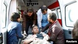 27일 아프가니스탄 수도 카불 시내에서 폭탄테러가 발생한 직후, 시민들이 부상자를 구급차로 옮기고 있다.