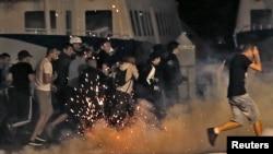 La police tente de disperser des hooligans au vieux port de Marseille après le match Angleterre- Russie, le 11 juin 2016.