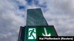 Avrupa Merkez Bankası'nın Frankfurt'taki yeni binasının yakınında bulunan bir restorandaki acil çıkış tabelası