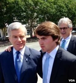 美国维吉尼亚州前州长麦克唐纳(左一)(美国之音 杨晨拍摄)