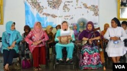Shinta Nuriyah Wahid (di kursi roda) memberikan pidato pada aksi 'Cuci Bersih Korupsi' di Yogyakarta, Minggu 8/3 (VOA/Munarsih).