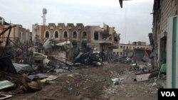 Meskipun banyak permukiman di Mosul terbengkalai akibat perang, namun beberapa penduduk memutuskan tetap tinggal di rumah mereka karena mereka tidak dapat bepergian atau takut akan penderitaan yang lebih besar di kamp-kamp di sekitar kota Irak, 29 Maret 2017. (H. Murdock / VOA)