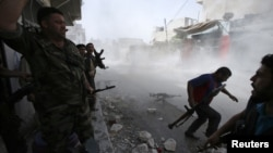 Para tentara pemberontak Suriah mencari perlindungan dalam bentrokan di kota Aleppo (foto: dok). Pemerintah Suriah tidak bersedia melakukan dialog sebelum berhasil menumpas pemberontak.