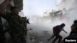 Chiến binh phe nổi dậy tìm chổ nấp khi lực lượng chính phủ nã đạn súng cối vào El Amreeyeh, khu vực nằm về hướng tây bắc Aleppo