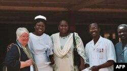 Джілл Шеффілд з персоналом клініки у Буркіна-Фасо