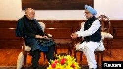 PM India Manmohan Singh (kanan) berbincang dengan Presiden Afghanistan Hamid Karzai di kediamannya di New Delhi (13/12).