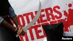 Sebuah kelompok HAM memrotes pelaksanaan hukum pancung oleh Arab Saudi dengan aksi teatrikal di Dhaka, Bangladesh (foto: ilustrasi).
