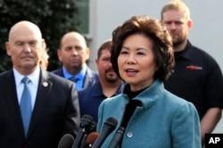 ARSIP – Menteri Perhubungan AS, Elaine Chao, kanan, berbicara kepada media di luar West Wing, Gedung Putih, 4 Maret 2019