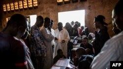 Des électeurs votent lors du référendum constitutionnel, Bangui, 14 décembre 2015.