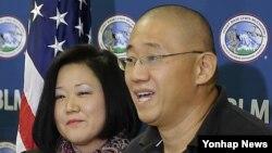 북한에서 풀려나 8일 미국 워싱턴 주 매코드 공군기지에 도착한 케네스 배(오른쪽) 씨가 기자회견을 갖고 있다. 왼쪽은 동생 테리 정 씨.