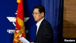 Juru Bicara Menteri Pertahanan Korea Selatan, Kim Min-seok saat menghadiri pertemuan terkait proses tender rencana pembelian pesawat tempur di kantor Kementerian Pertahanan di Seoul (24/9).