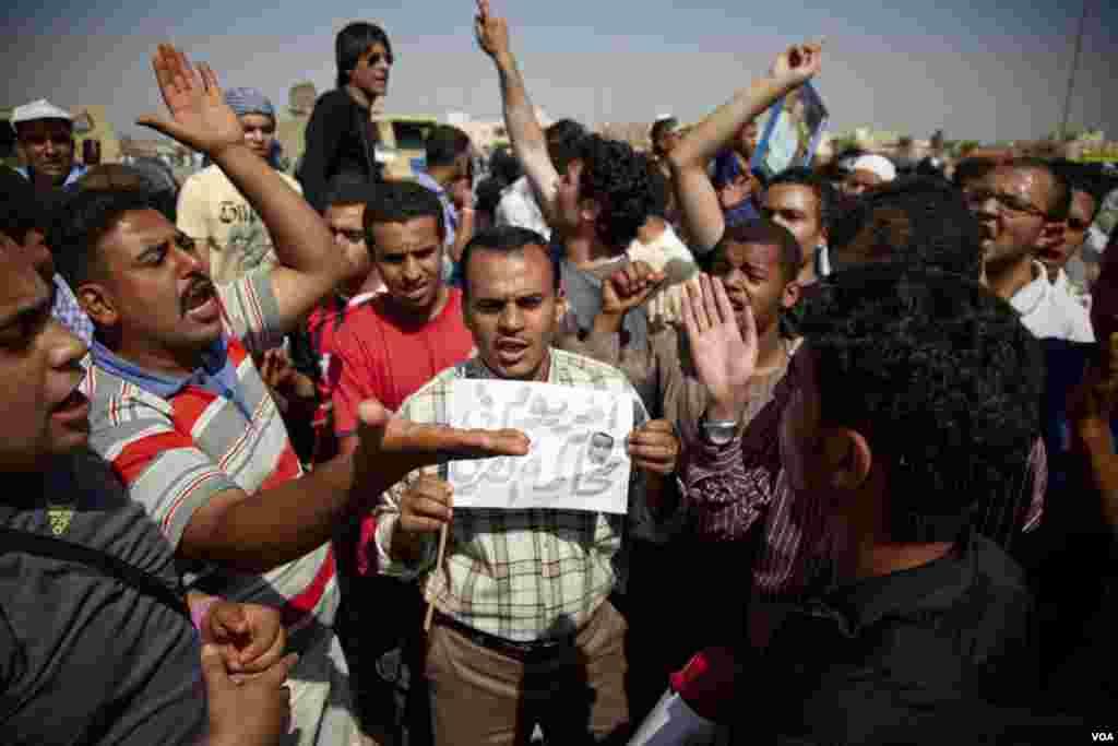Người biểu tình tập trung trước tòa án Cairo, chờ đợi phán quyết trong phiên tòa xét xử cựu Tổng thống Ai Cập Hosni Mubarak