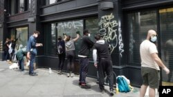 Warga bersama OccupyLove WorldWide membersihkan grafiti seusai protes terjadi di Oakland, California.
