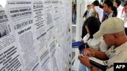 Филиппинские безработные у стенда со списками вакансий. Манила (архивное фото)