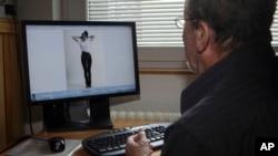 斯洛文尼亚退休时尚摄影师斯塔内·耶尔克回顾他当年为梅拉尼亚拍摄的第一张模特照。