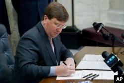 مسی سپی کے گورنر نے جمعرات کو اس بل پر دستخط کیے۔