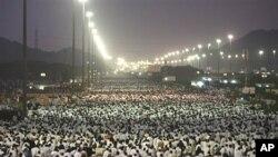 Muslim pilgrims leave Arafat to Muzdalifah for the next step in the Hajj, near Mecca, Saudi Arabia, Thursday, 26 Nov. 2009