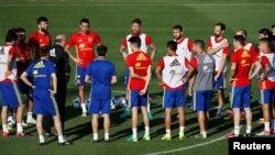 Sesi latihan Kesebelasan Spanyol pada Piala Eropa 2016. (Foto: Reuters/Javier Barbancho)