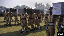 Tulisan Sahid atu Martir tertulis di peti yang membawa jenasah para korban serangan NATO ke pemakaman di Peshawar (27/11).