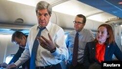 Menlu AS John Kerry berbicara dengan para wartawan di dalam pesawat dalam salah penerbangan kenegaraan (foto:dok).