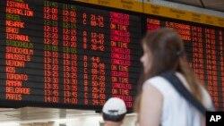Papan pengumuman penerbangan di bandara internasional Ben Gurion di Tel Aviv, Israel (23/7). (AP/Dan Balilty)