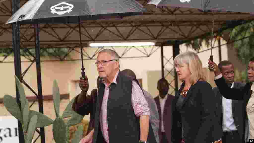 Le président zambien par intérim Guy Scott, accompagné de son épouse Charlotte, votent le jour du scrutin à Lusaka, le 20 janvier 2015.