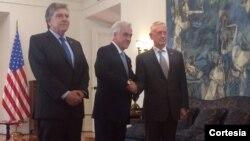 El presidente Sebastián Piñera (centro) da la bienvenida al secretario de Defensa de EE.UU., James Mattis (derecha) el jueves 16 de agosto.