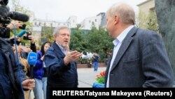 Grigorij Javlinski i Sergej Mirotkin, ruski opozicioni kandidati tokom okupljanja kojim traže učešće opozicionih kanidata na lokalnim izborima