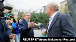 Los politicos opositores rusos Grigory Yavlinsky y Sergei Mitrokhin hablan con la prensa durante la manifestación el sábado, 17 de agosto, de 2019, en Moscú, para exigir que las autoridades permitan a candidatos de la oposición participar en las próximas elecciones locales.