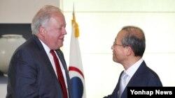 지난해 6월 한국을 방문한 토머스 섀넌 미국 국무부 정무차관이 임성남 외교부 1차관과 악수하고 있다.