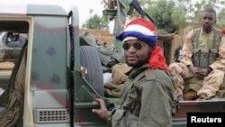 27일 프랑스 국기를 머리에 두르고 있는 말리군 병사.