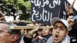 Des manifestants anti-gouvernement à Tunis, la capitale de la Tunisie, 19 Jan 2011.