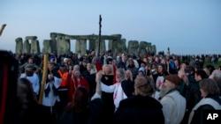 El líder druida Arthur Uther Pendragon (centro) durante una ceremonia al amanecer en el antiguo monumento circular de piedra de Stonehenge, en el sur de Gran Bretaña, en el día del Solsticio de Invierno.
