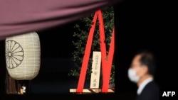 """日本首相菅义伟向东京靖国神社供奉""""真榊""""祭品。(2021年4月21日)"""