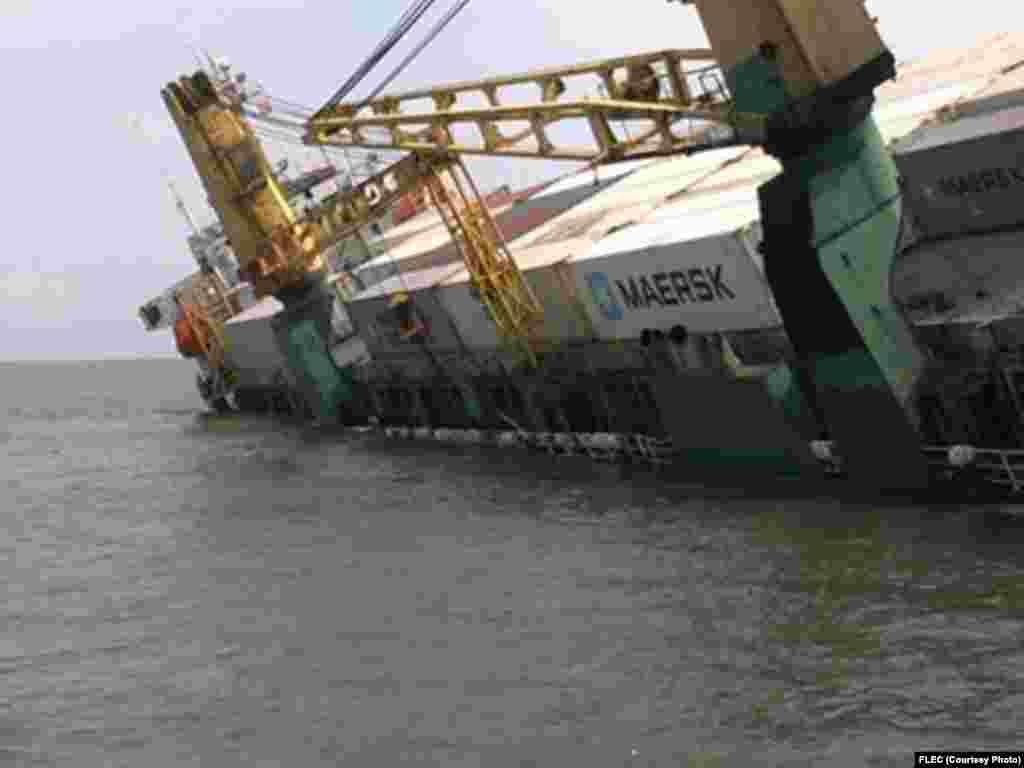 Angola, Um Navio carregado de contentores, afundou-se esta sexta-feira, 16, a poucas milhas da costa de Cabinda quando se aproximava na ponte cais para as operações de descarga. Maio 2014