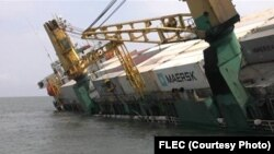 Navio carregado de contentores, afundou-se esta sexta-feira, 16, a poucas milhas da costa de Cabinda Maio 2014
