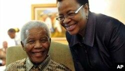 Bức ảnh chụp ông Mandela và vợ, bà Graca Machel, sau khi đi bỏ phiếu bầu sớm ở Johanesburg hồi 16/5/2011. Ảnh do Bộ Truyền thông và Thông tin Nam Phi cung cấp ((AP Photo/Elmond Jiyane-GCIS, File).