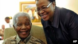 아내 그라사 만델라(오른쪽)와 웃고 있는 넬슨 만델라 전 남아공 대통령. (자료사진)