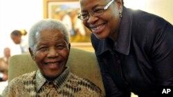 Graca Machel, la mujer de Mandela, ha permanecido junto a Madiba los diez días que lleva hospitalizado.